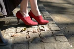 秋の公園で赤いヒールと落ち葉
