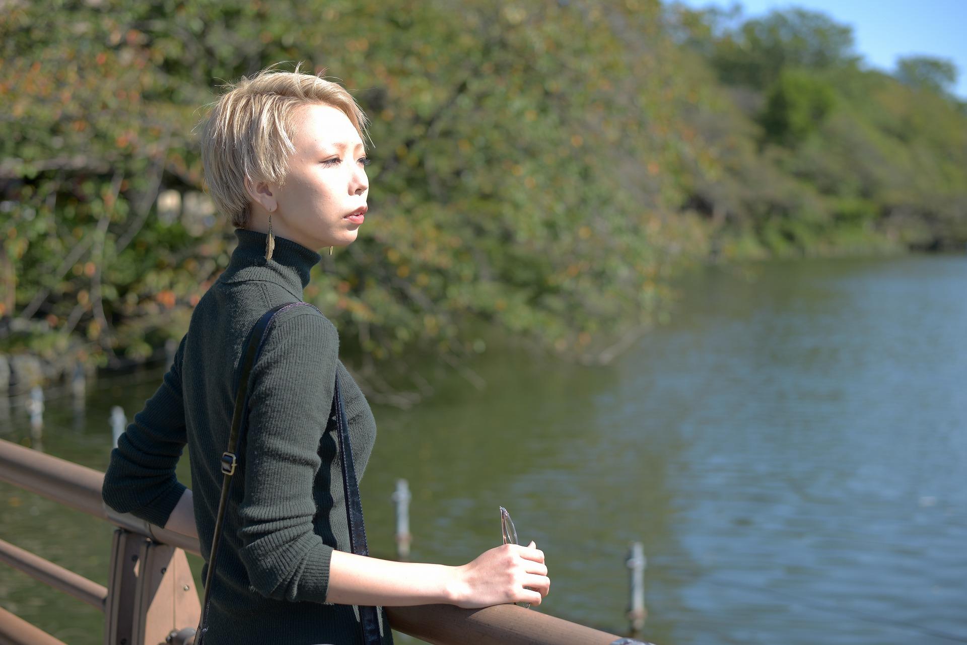 湖付近で無邪気に遊ぶ子供を見つめる
