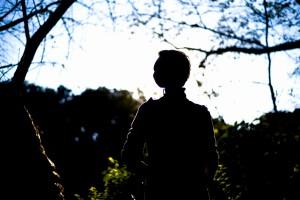 逆光を浴びたシルエットによる影