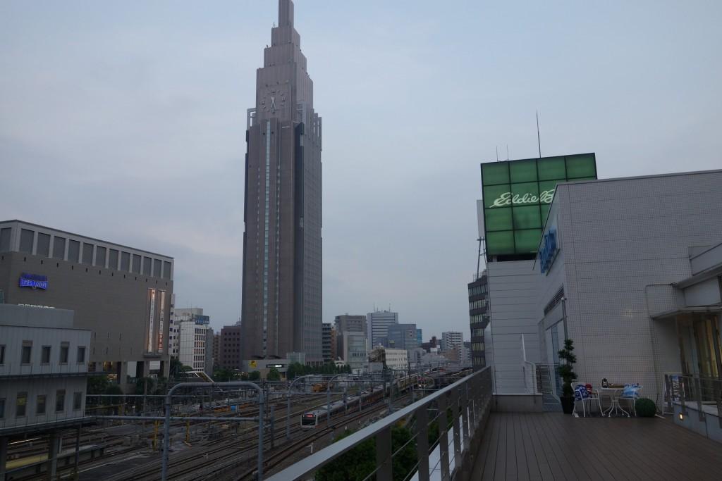新宿南口の大歩道から見えるドコモビル