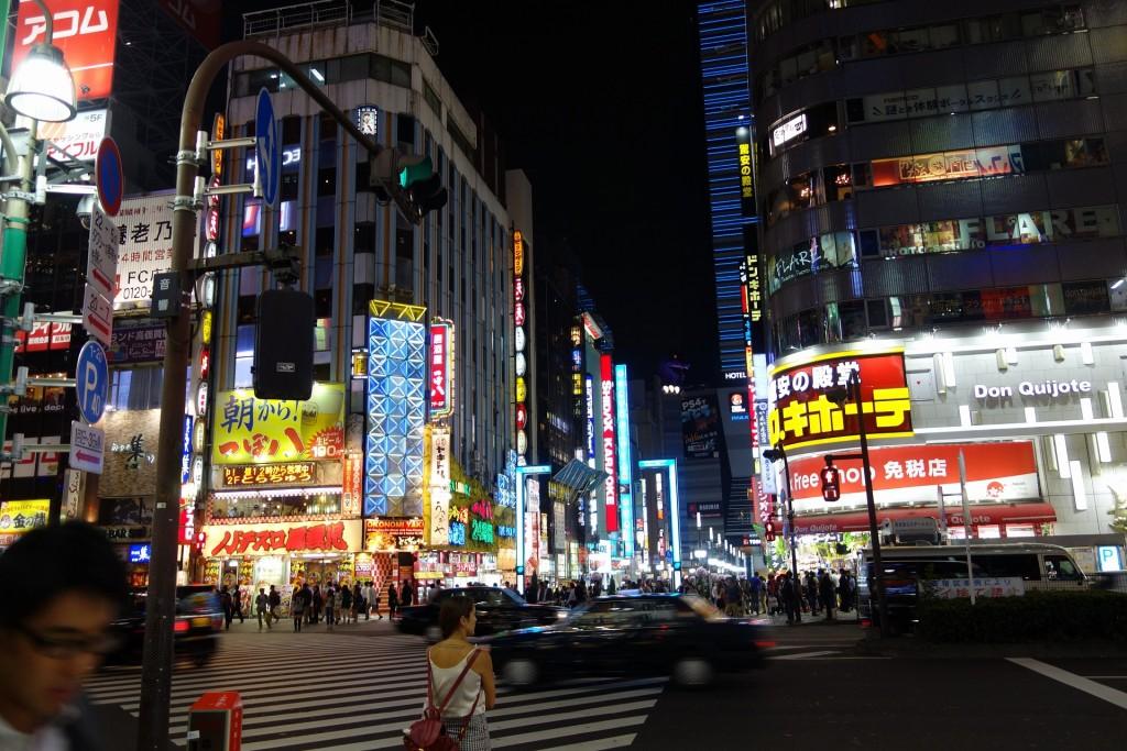 東京の夜の繁華街、新宿歌舞伎町