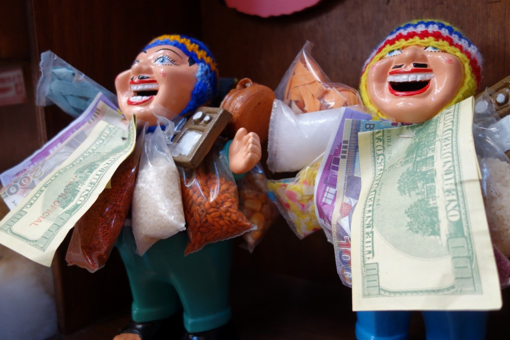 お金を首にかけて微笑むいやらしい人形