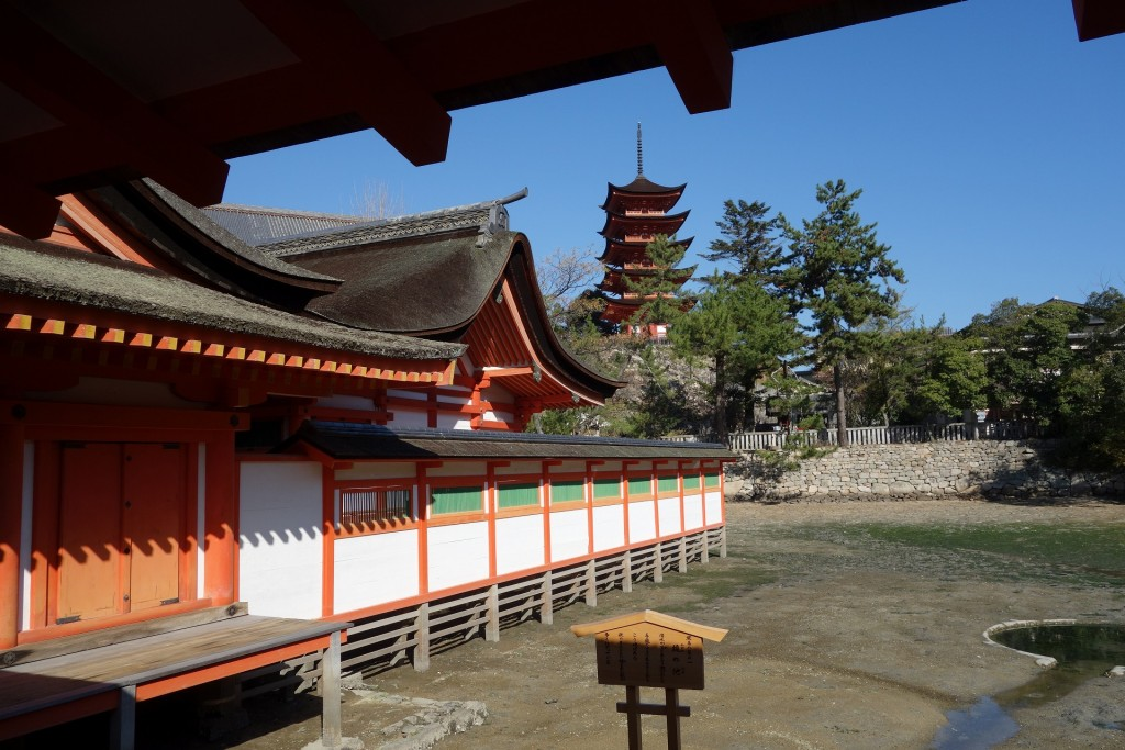 嚴島神社から覗く五重塔