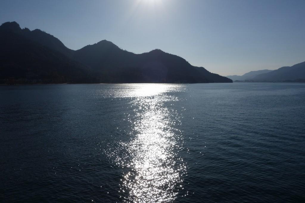 西日を浴びるのどかな海