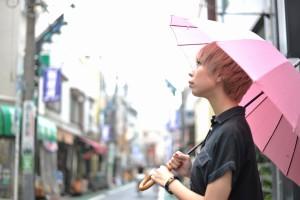 傘に差す雨の音を聞きながら黄昏れる