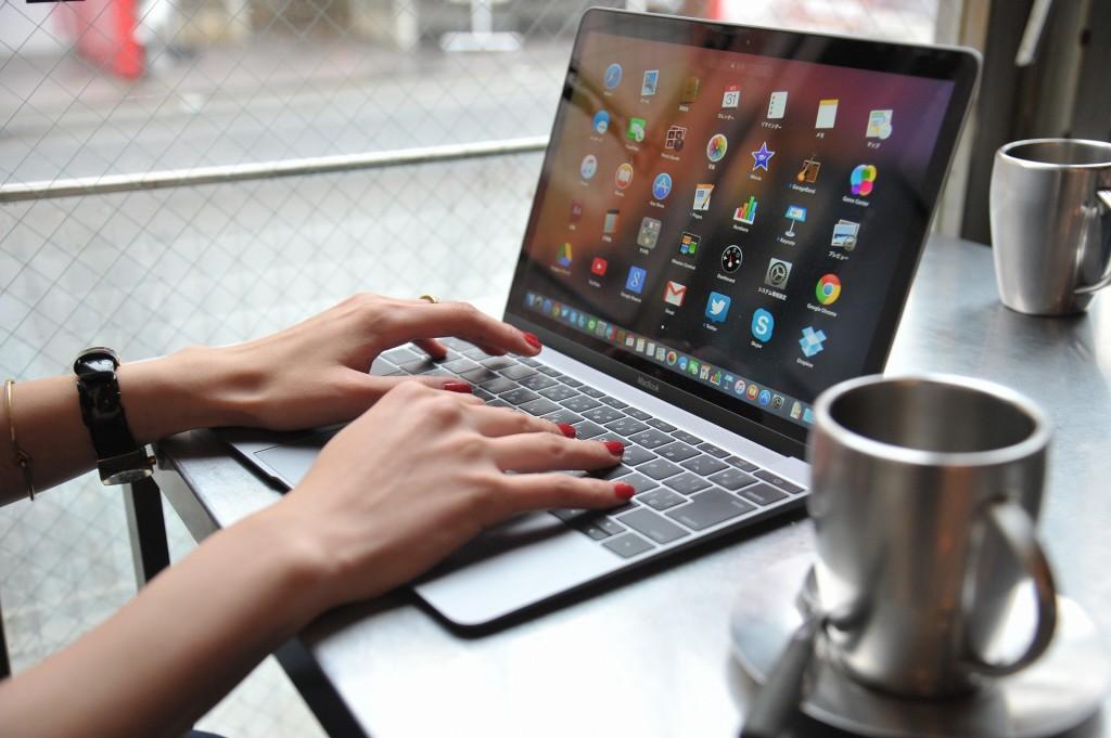ひんやりとしたテーブルなカフェでmacで作業をする