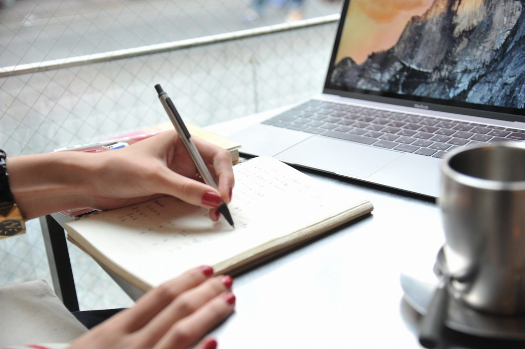 ノートにメモをしながら勉強中