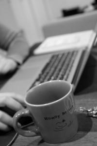 眠気覚ましにコーヒーを飲む