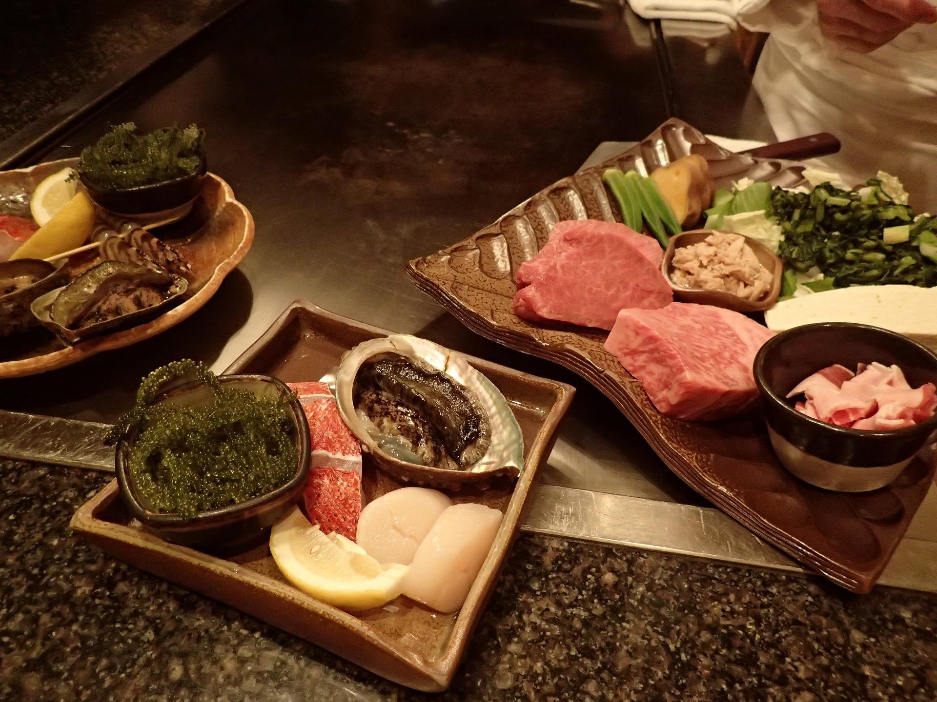 鉄板焼きの高級で新鮮な魚介や肉などの素材