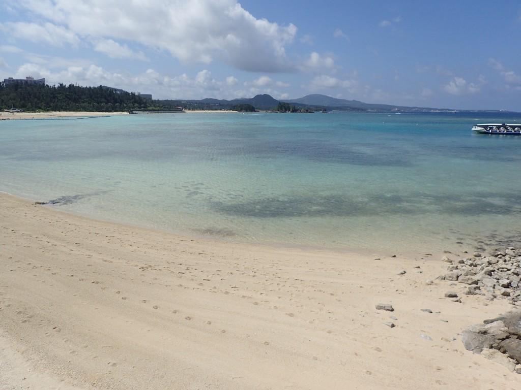 透き通った海と砂浜