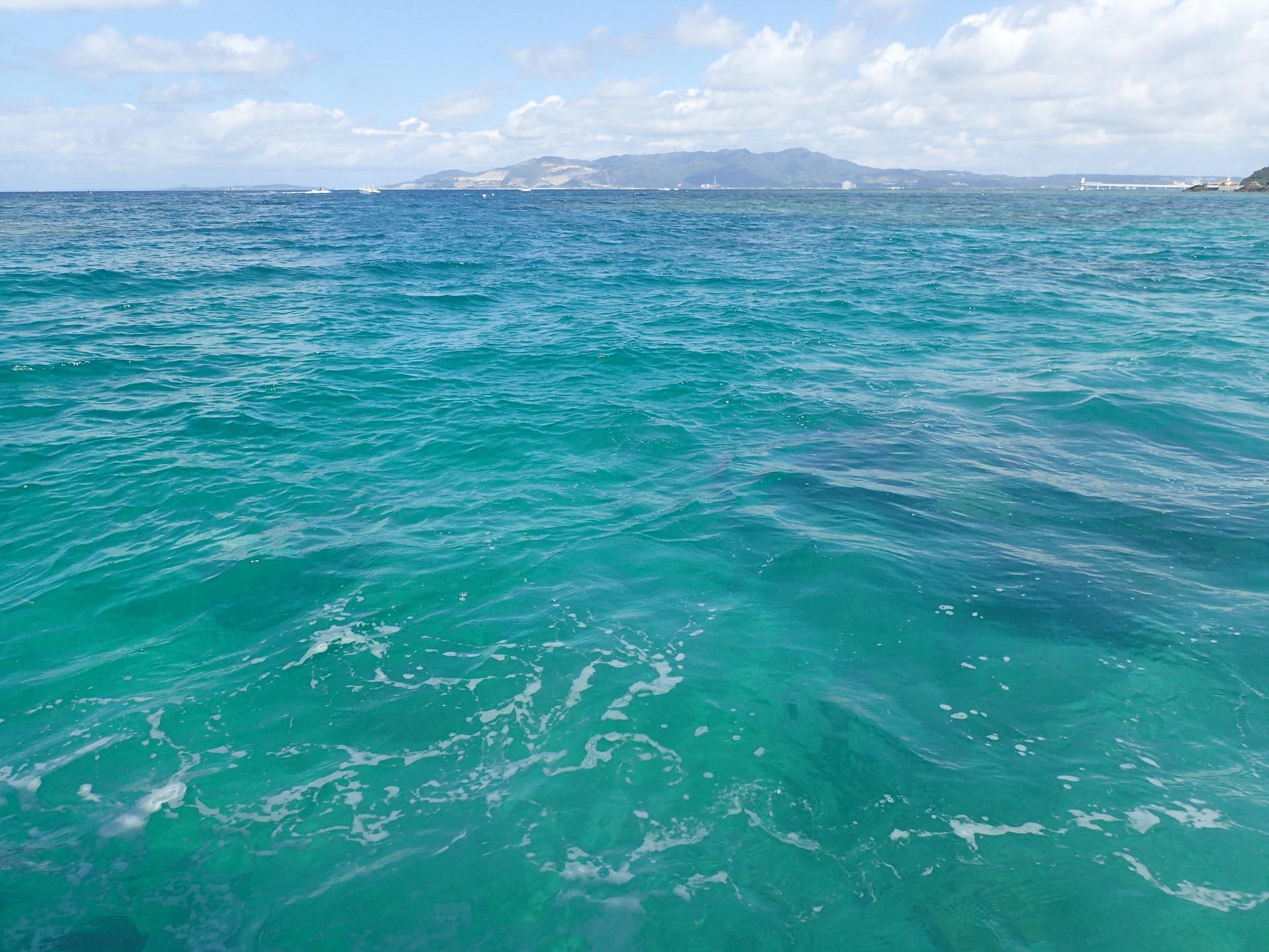 晴天とエメラルドグリーンの海に夏を感じる