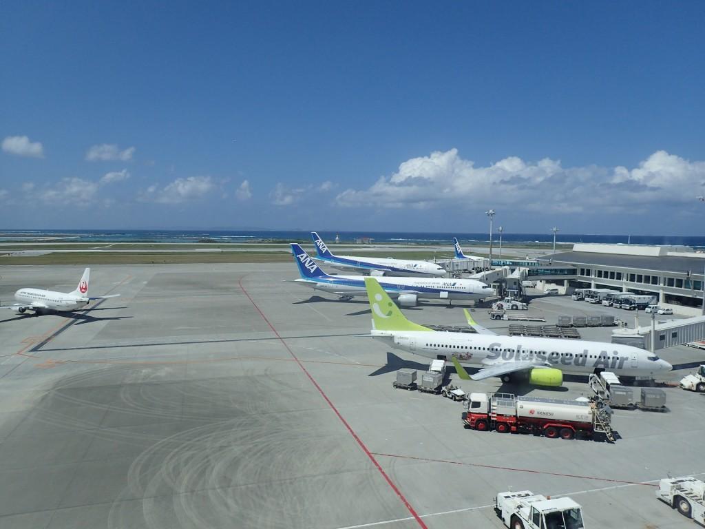 那覇空港から見える飛行機