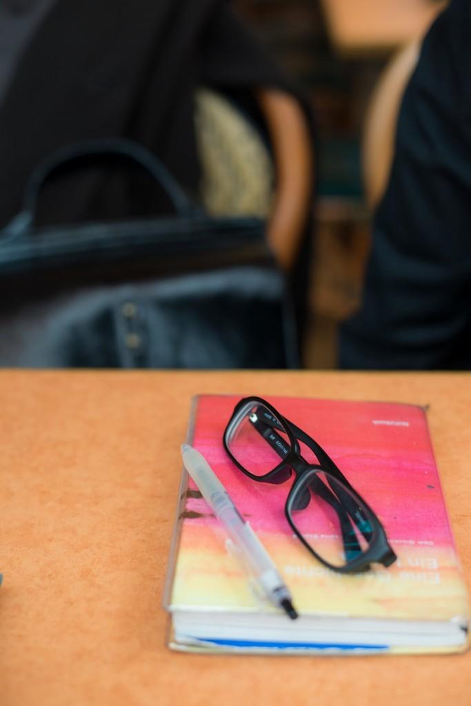 使いこまれた手帳とメガネ