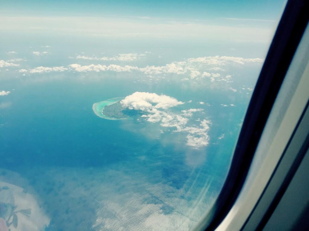 飛行機の窓から見える南の島