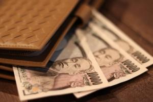 一万円札3枚が財布から飛び出す