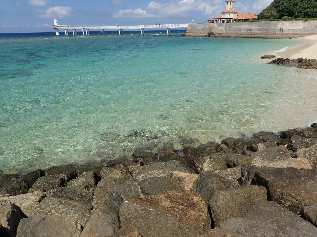 沖縄の石段と透き通った海