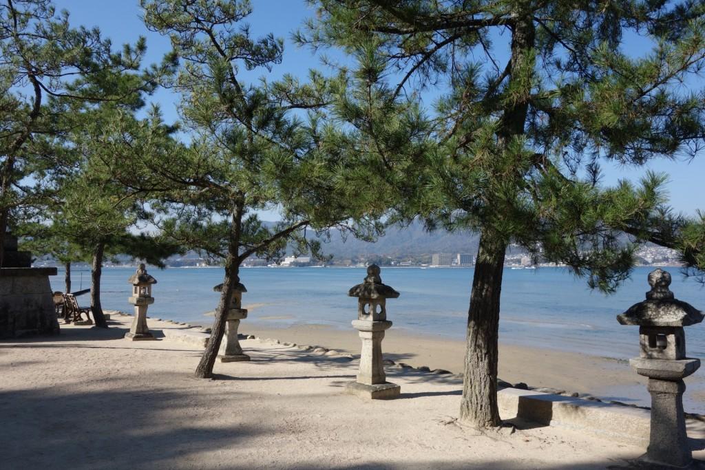 立ち並ぶ石灯篭と厳島の海