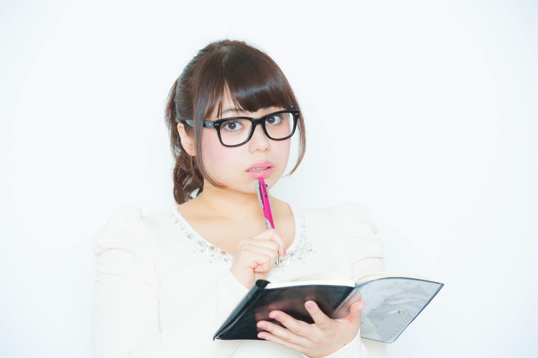 ペンを唇に置き誘う社長秘書