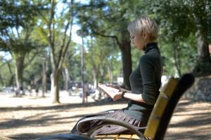 日差しをライトにして読書に入り込む