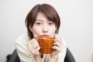 コーヒーカップに下唇乗せるとコーヒー飲めないよ