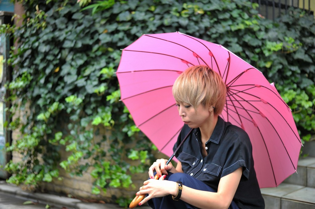 傘の中にうずくまる