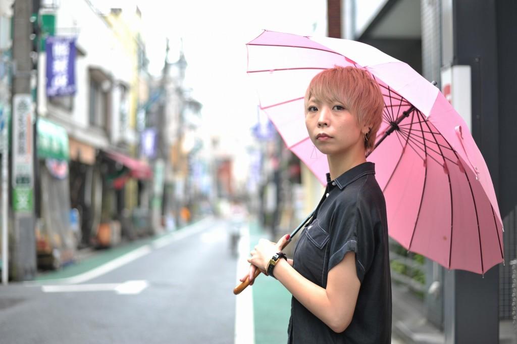 雨の商店街は人通りが少ない