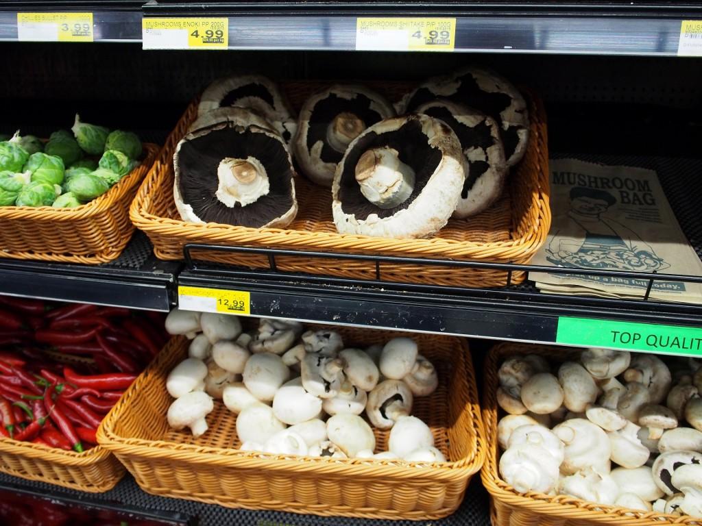スーパーに並ぶ巨大なマッシュルーム