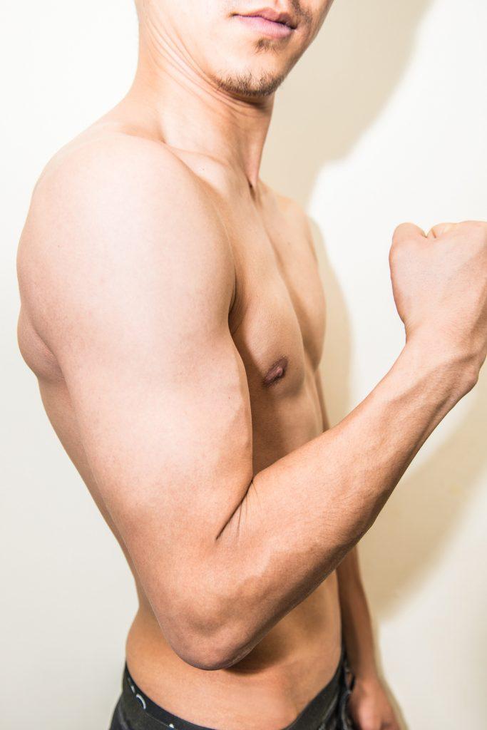 猛烈な筋トレによって構成された剛腕