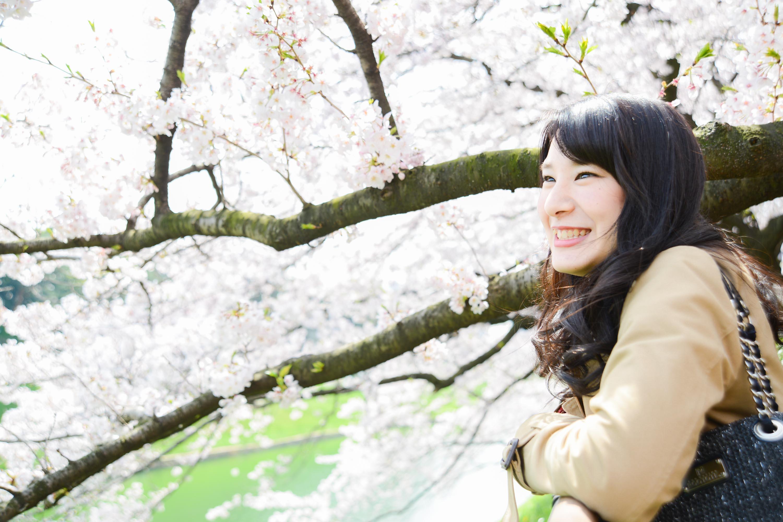 桜の綺麗さに心が躍る女子