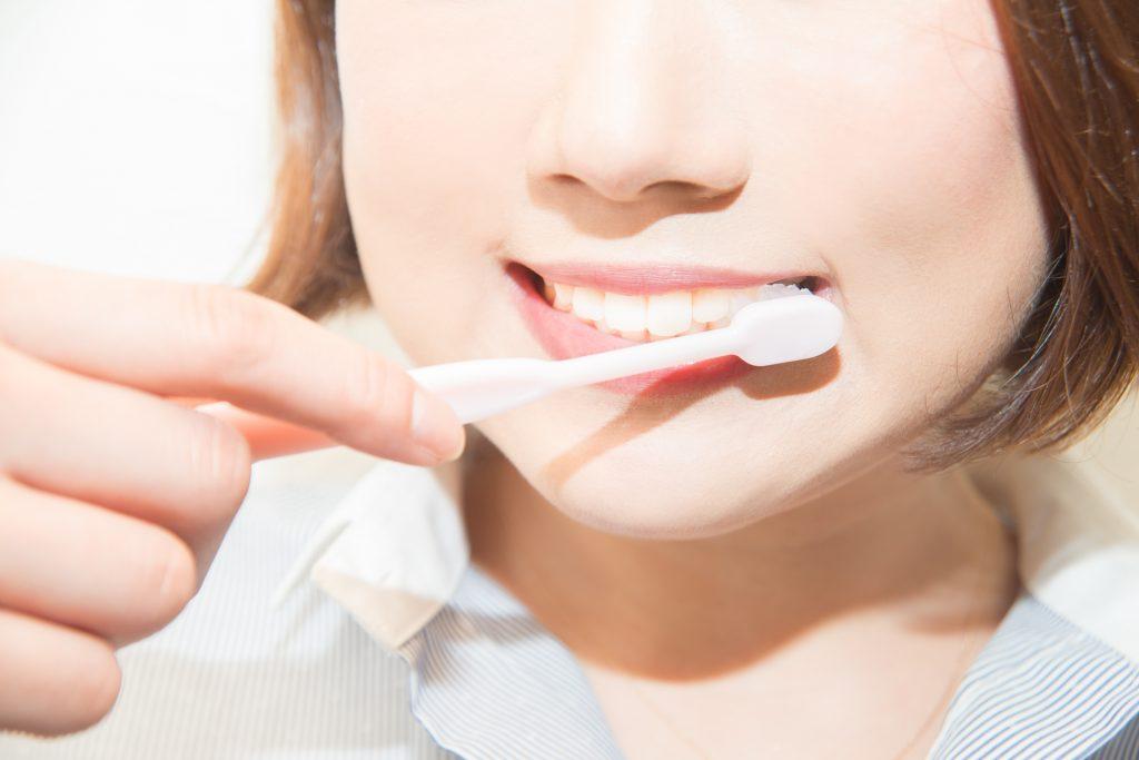 歯の白さを保つために丁寧に歯磨き
