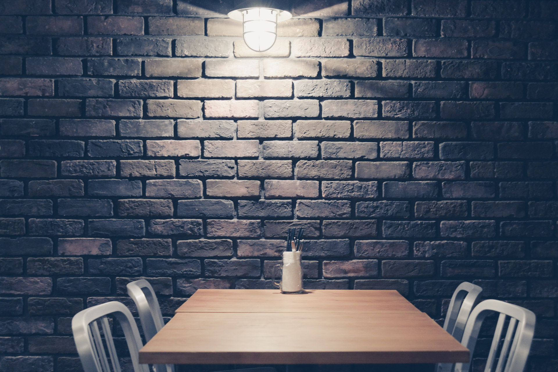 レンガの壁に囲まれながらレストランでディナー