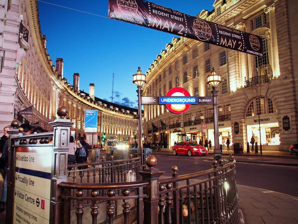 ロンドンの地下鉄地上の鮮やかな建造と夕景