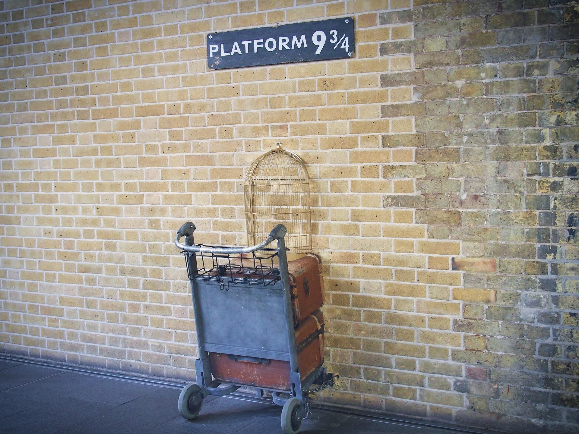 再現されたロンドンのキングスクロス駅からホグワーツ駅への道