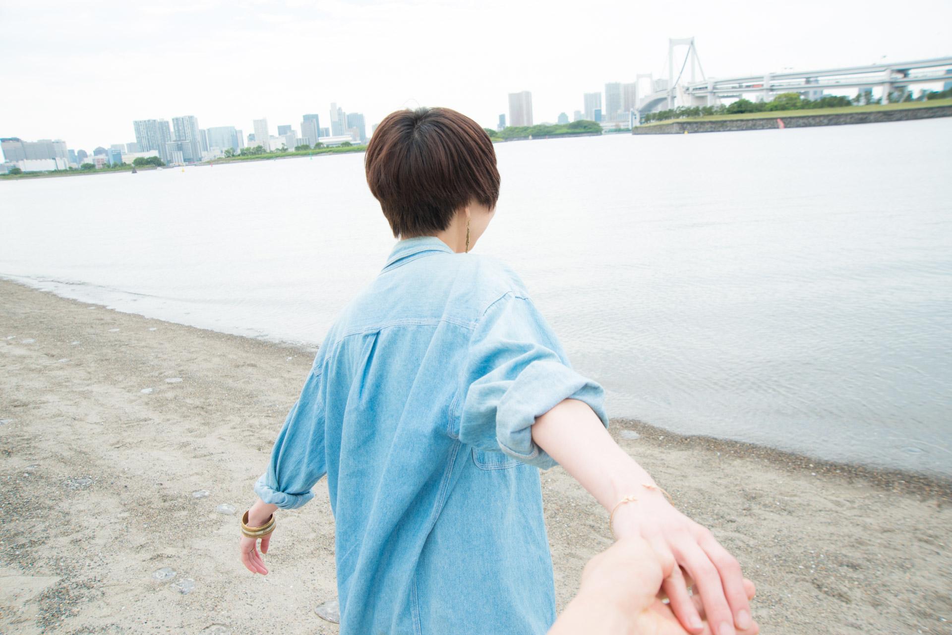 手を捕まれ海に引きづり込まれるさま
