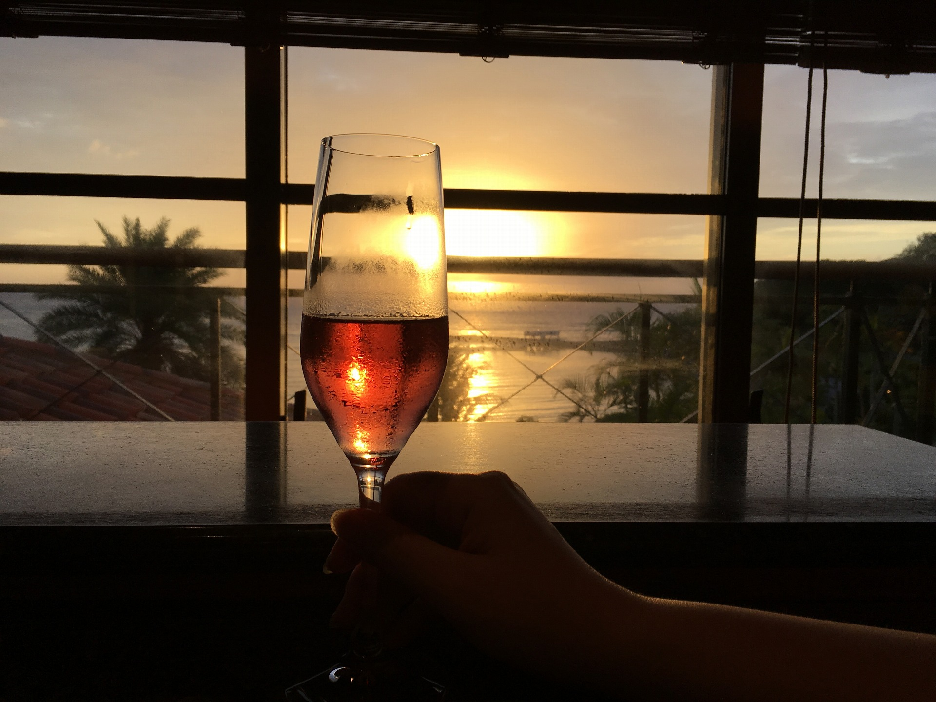 沈む夕日とロゼのシャンパン