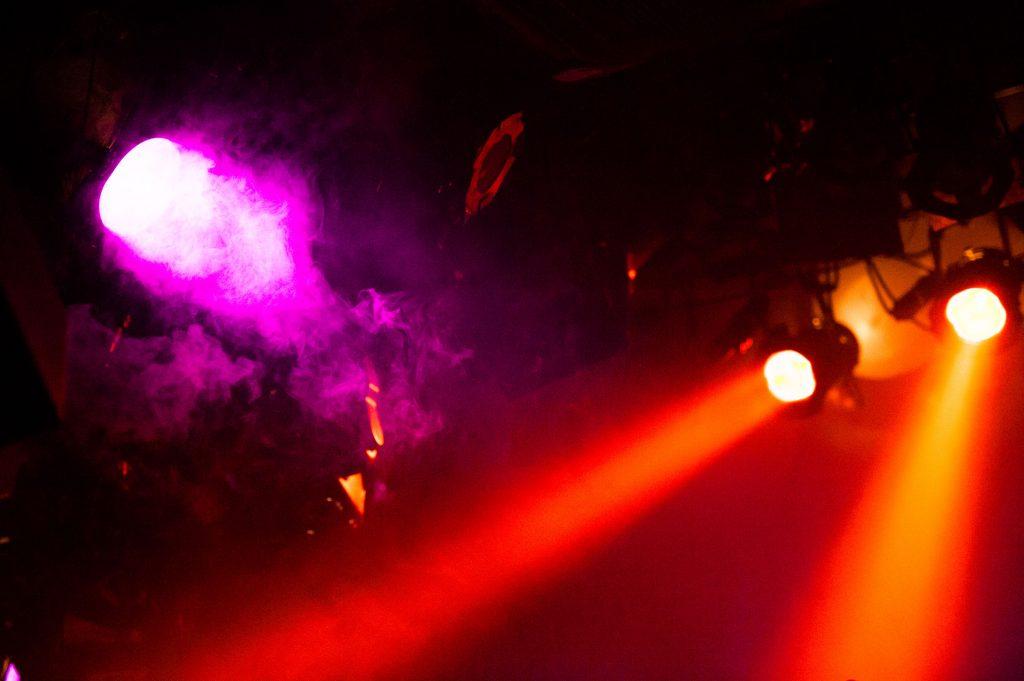 ライブハウス会場のスポットライト照明