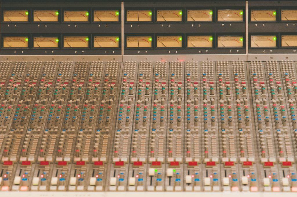 レコーディングスタジオのミキサー