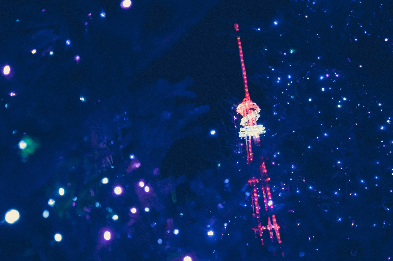 青いイルミネーションから見える東京タワーオブジェ