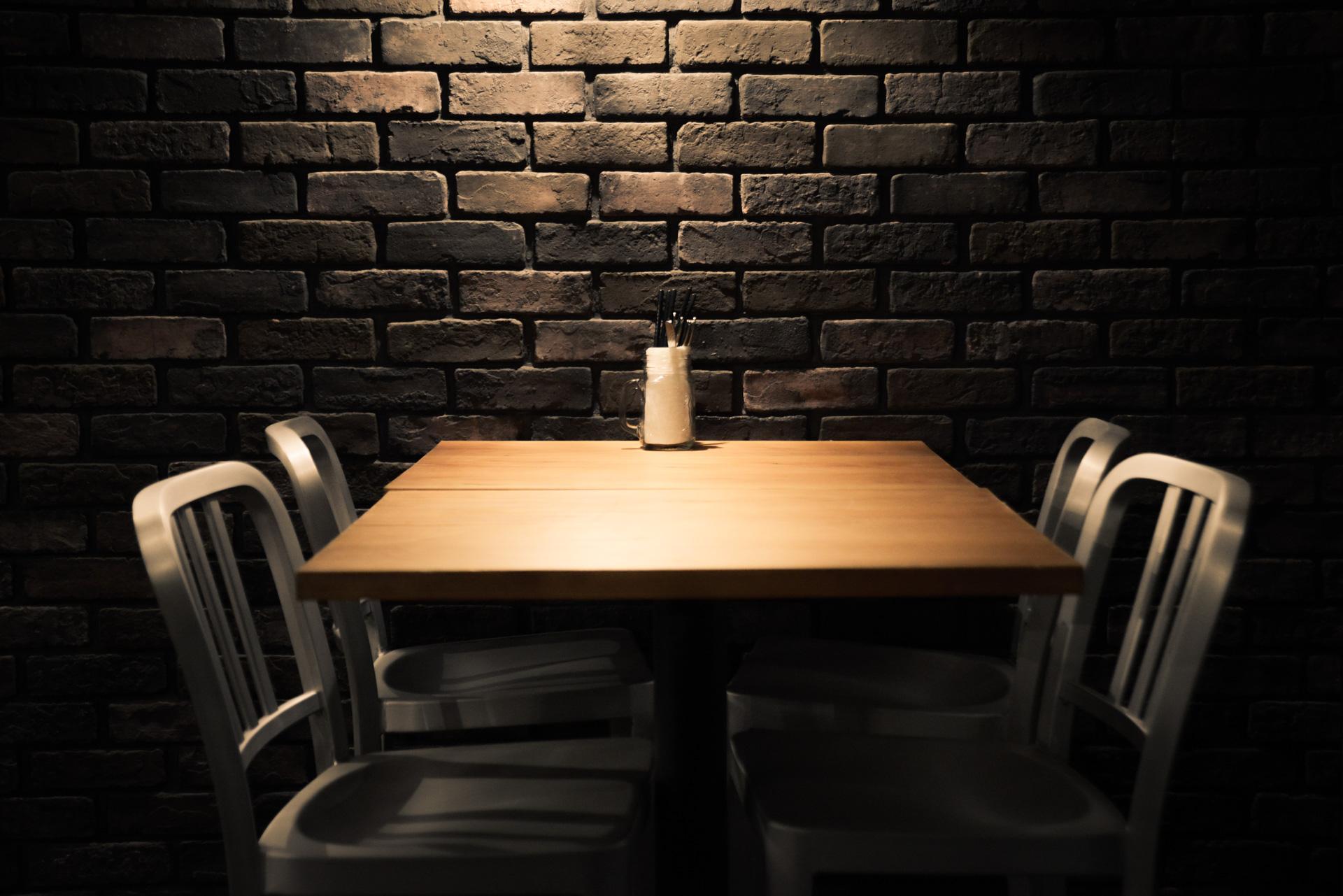 レンガ壁際の4名テーブルのスポットライト