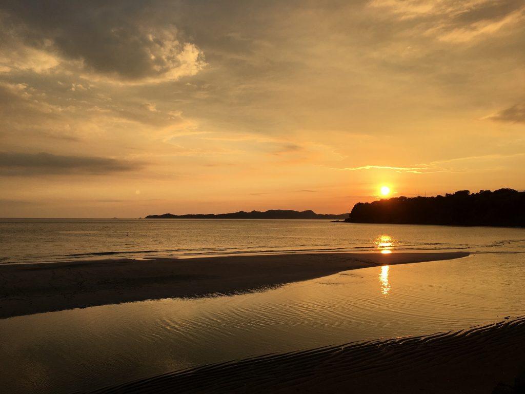 ずっと眺めていたい夕日と海