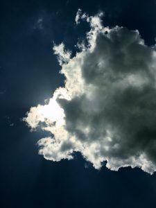 雲に隠れた夕焼けと染まる白ワイン