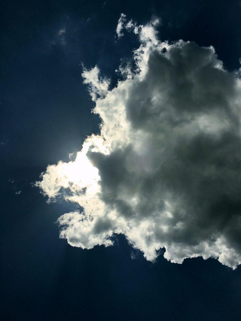 真夏の太陽を雲が隠す