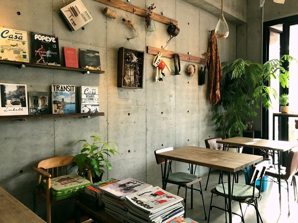 洒落たオブジェや本に囲まれたカフェテラス