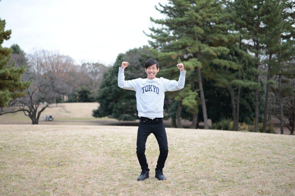 公園でラジオ体操をやる男