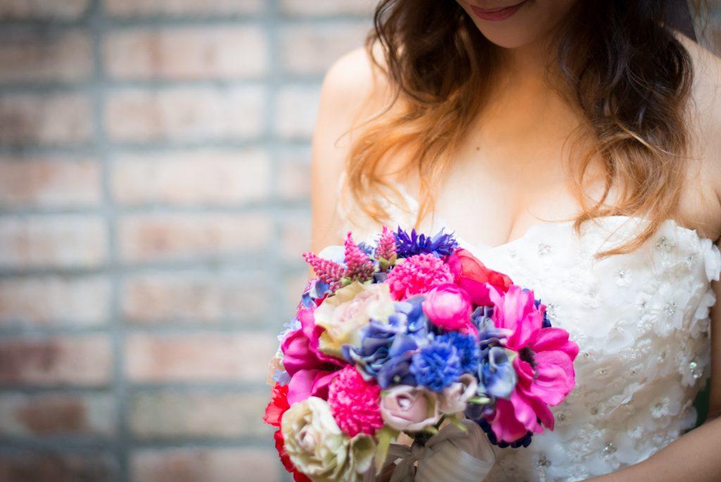 花束を抱え幸せ一杯のウェディングドレス女子