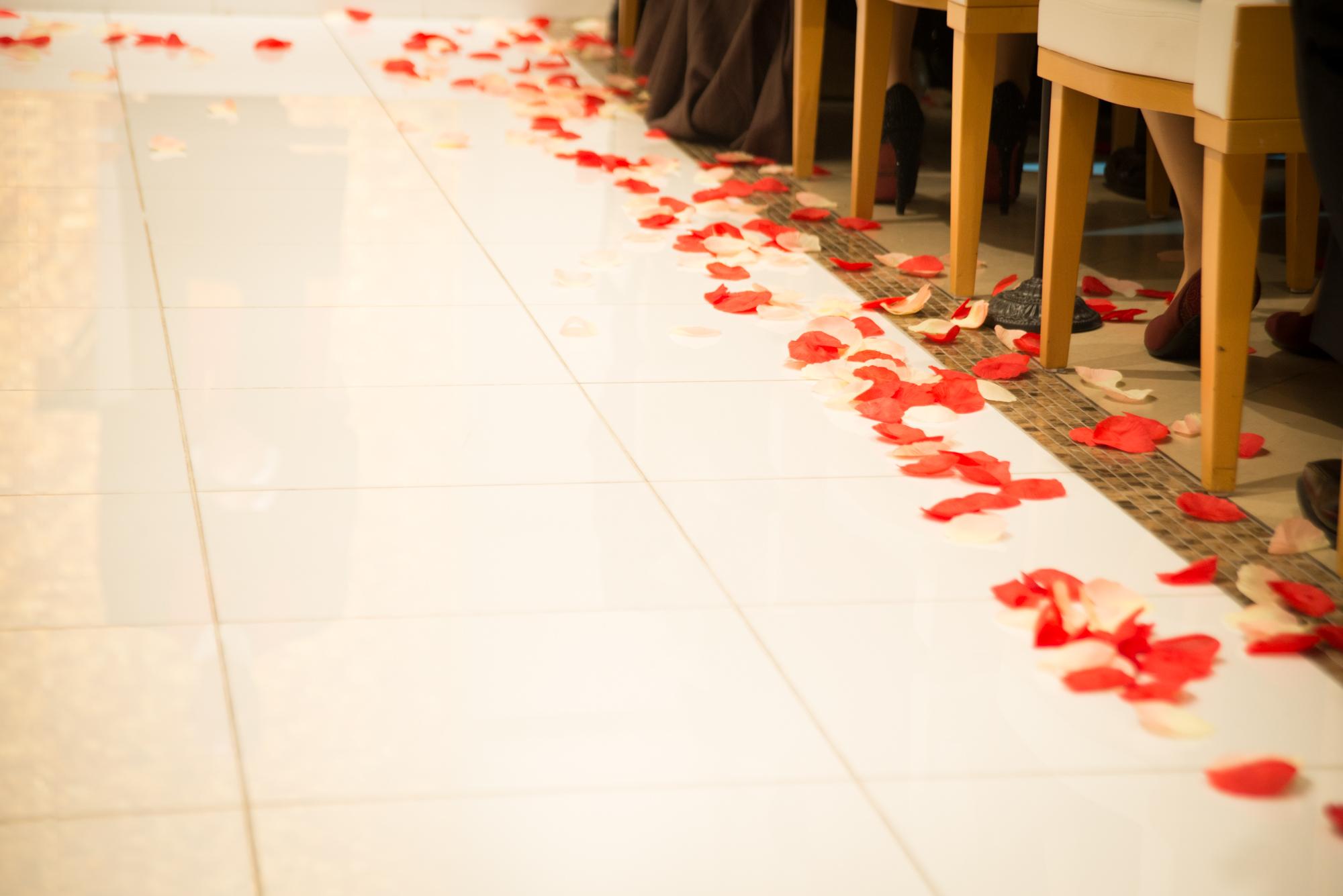 教会に舞い散る幸福の花びら