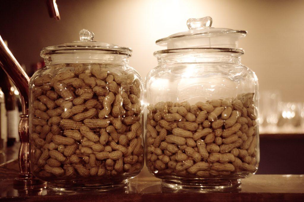 大量に瓶に詰められたナッツ