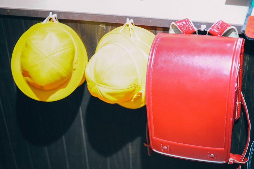 小学生のランドセルと帽子