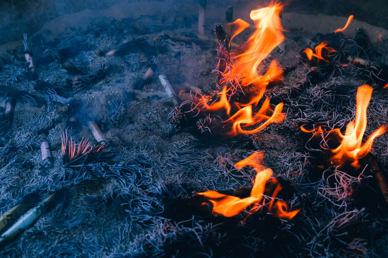 浅草寺、常香炉の健康祈願の煙と燃えさかる線香