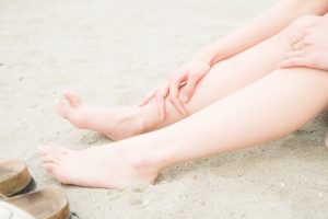砂浜で白さが目立つ美脚